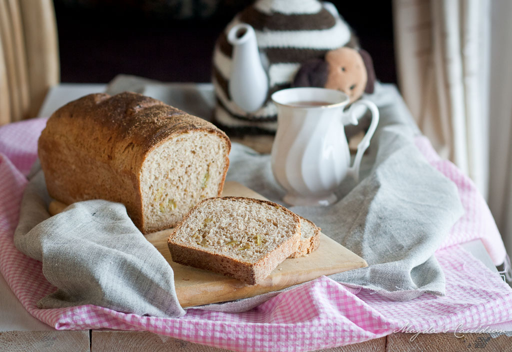 pepper and fig spelt bread